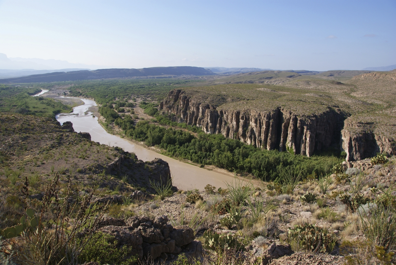 rio grande Rio grande o rio grande nasce no estado de minas gerais, percorrendo 1360 km até o rio paranaíba formando o assim o rio paraná o rio grande.